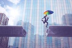 Weiblicher Unternehmer mit Regenschirm über Brücke lizenzfreies stockbild