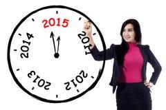 Weiblicher Unternehmer stellt jährliche Uhr her Lizenzfreie Stockfotografie