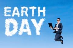 Weiblicher Unternehmer und Tag der Erde-Text Lizenzfreies Stockbild