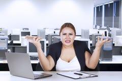 Weiblicher Unternehmer verwechselt mit ihrem Job Stockbild