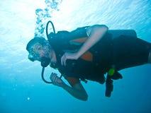 Weiblicher Unterwasseratemgerät-Taucher Lizenzfreies Stockfoto