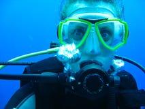 Weiblicher Unterwasseratemgerät-Taucher Stockfotografie