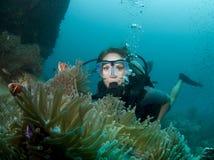 Weiblicher Unterwasseratemgerättaucher Stockbild