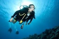 Weiblicher Unterwasseratemgerättaucher Stockfotografie