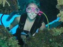 Weiblicher Unterwasseratemgerättaucher stockfoto