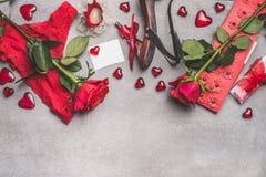 Weiblicher Valentinsgrußtag oder Datierungszubehör in der roten Farbe: Schuh-, Schlüpfer-, Rosenblumen-, Kerzen-, Kronen- und Pap Stockfotografie