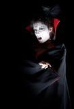 Weiblicher Vampir, der Reißzähne zeigt Stockfoto