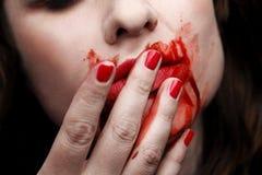 Weiblicher Vampir, der weg Blut leckt Stockfoto