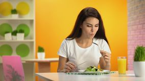 Weiblicher Vegetarier, der sitzendes Café des frischen Salats, Orangensaftglas auf Tabelle isst stock video