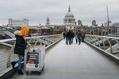 Weiblicher Verkäufer junger Cameralised-Erdnuss London-` s an der Jahrtausend-Brücke, die St- Paul` s Kathedrale übersieht Stockfotos
