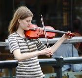 Weiblicher Violinist, der Violine spielt Lizenzfreies Stockfoto