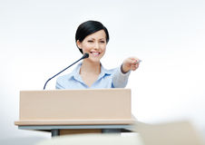 Weiblicher Vorführer am Vorstand Stockfotos