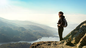 Weiblicher Wanderer auf den Berg Talansicht genießend Stockbilder