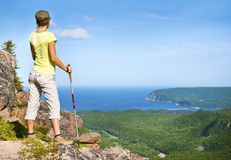 Weiblicher Wanderer auf Franey-Berg Stockbilder