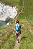 Weiblicher Wanderer auf Küstenweg Lizenzfreies Stockbild