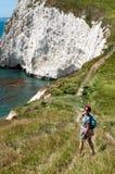 Weiblicher Wanderer auf Küstenweg Stockbild