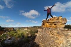 Weiblicher Wanderer auf Pagoden, nachdem oben klettern mit Ansichten stockfoto