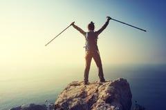 weiblicher Wanderer auf Sonnenaufgangküsten-Klippenrand Stockbilder