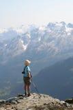 Weiblicher Wanderer, der über Callaghan-Tal steht Lizenzfreie Stockfotos