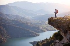 Weiblicher Wanderer, der auf Klippe steht Stockbilder