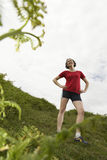 Weiblicher Wanderer, der auf Wiese steht Lizenzfreie Stockfotografie