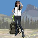 Weiblicher Wanderer der Karikatur mit dem Rucksack, der den Abstand in den Bergen untersucht Lizenzfreie Stockfotos