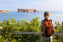 Weiblicher Wanderer, der Perce Rock ansieht Stockbilder