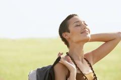 Weiblicher Wanderer, der in Sun auf dem Gebiet sich aalt Lizenzfreies Stockfoto