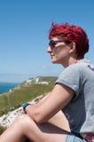 Weiblicher Wanderer macht eine Pause auf Küstenweg Stockfotos