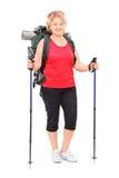 Weiblicher Wanderer mit kompletter wandernder Ausrüstung an Lizenzfreie Stockfotos