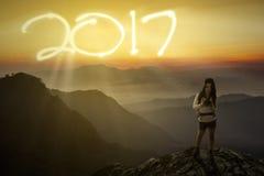 Weiblicher Wanderer mit Nr. 2017 und Kamera Lizenzfreies Stockbild