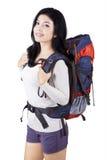Weiblicher Wanderer mit Rucksack im Studio Lizenzfreie Stockfotos