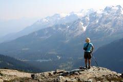 Weiblicher Wanderer-oben genannter Conflict See Stockfotografie
