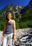 Weiblicher Wanderer am Wasserfall Stockfotografie
