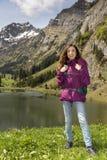 Weiblicher Wanderertourist in der Natur während des Frühlinges stockbilder