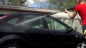 Weiblicher waschender Schmutz vom Automobilauto mit Hochdruckwasserstrahl stock video footage