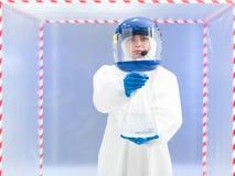 Weiblicher Wissenschaftler, der ein Glas giftige Flüssigkeit trägt Stockfoto
