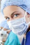 Weiblicher Wissenschaftler oder Doktor, die chirurgische Schablone tragen Stockfotografie