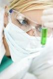 Weiblicher wissenschaftlicher Forscher im Labor Stockbilder