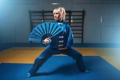 Weiblicher wushu Meister mit Fan, Kampfkünste Stockfotos