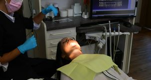 Weiblicher Zahnarzt, der auf einen Patienten 4k einwirkt stock footage