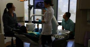 Weiblicher Zahnarzt, der zahnmedizinischen Röntgenstrahlbericht 4k erklärt stock footage