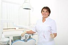 Weiblicher Zahnarzt im zahnmedizinischen Büro Stockbild