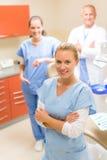 Weiblicher Zahnarzt mit Kollegen Stockfoto