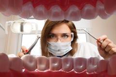 Weiblicher Zahnarzt mit zahnmedizinischen Werkzeugen Lizenzfreie Stockfotos
