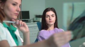 Weiblicher Zahnarzt-Shows-Röntgenstrahl stock video