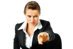 Weiblicher Zeigefinger des überzeugten Geschäfts an Ihnen Lizenzfreie Stockfotografie