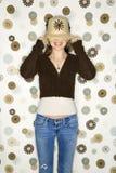 Weiblicher ziehender Hut über Augen. Lizenzfreie Stockfotos