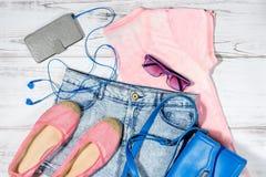 Weiblicher zufälliger Sommer kleidet Sammlungsunkosten Stockbild