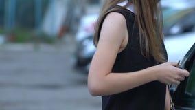 Weiblicher zurückweisender Räuber, der sie angriff, Bereitschaft, zum sich, LangsammO zu verteidigen stock footage